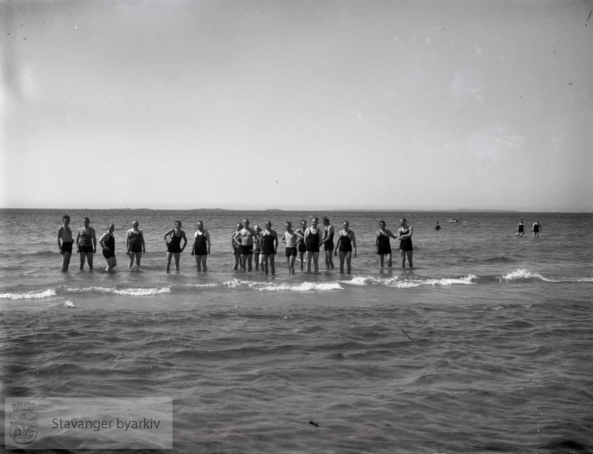 Gruppebilde av menn som bader
