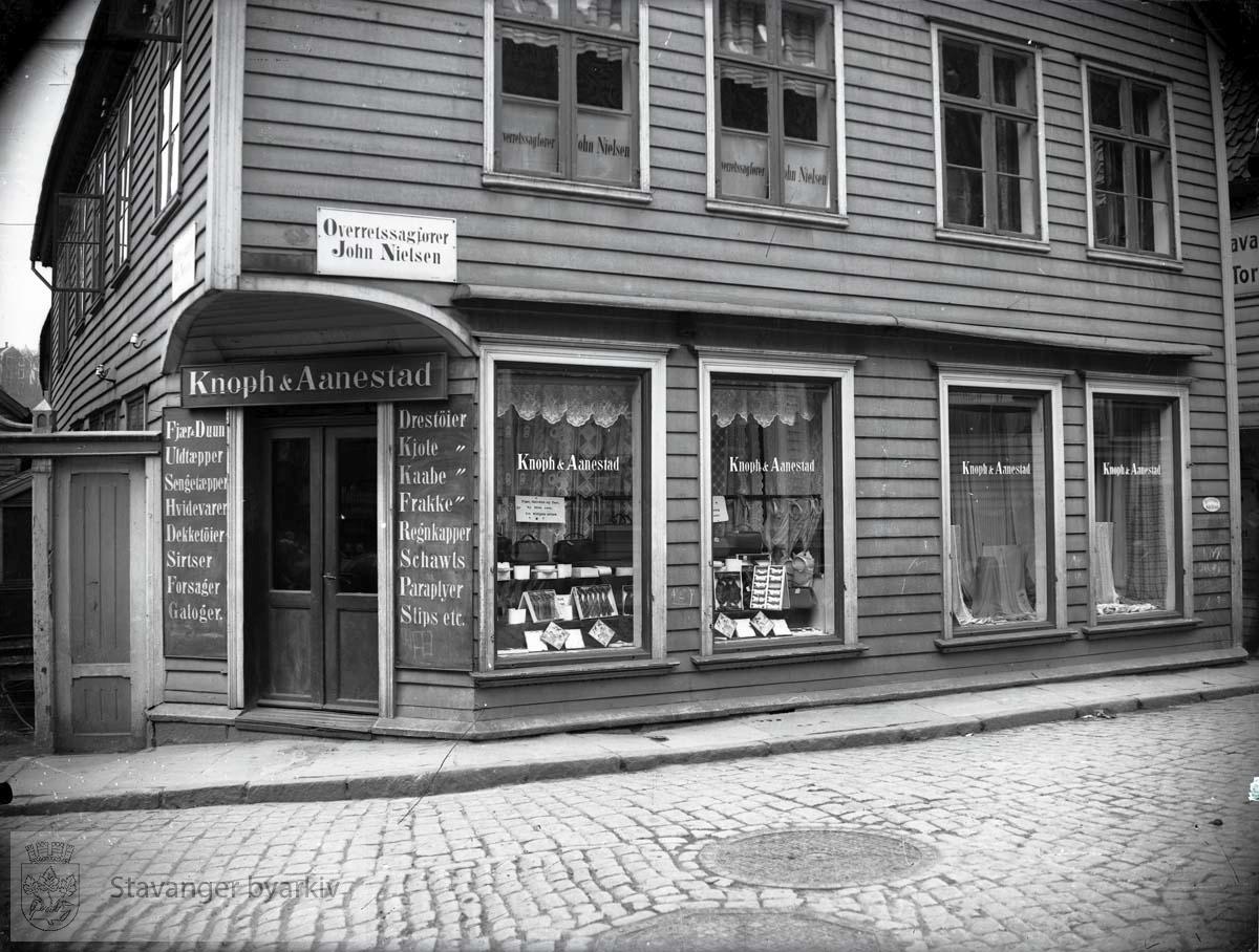 I første etasje Knoph & Aanestats manufaktur- og kolonialforretning. I 2. etasje overrettsakfører John Nielsens kontorlokaler.