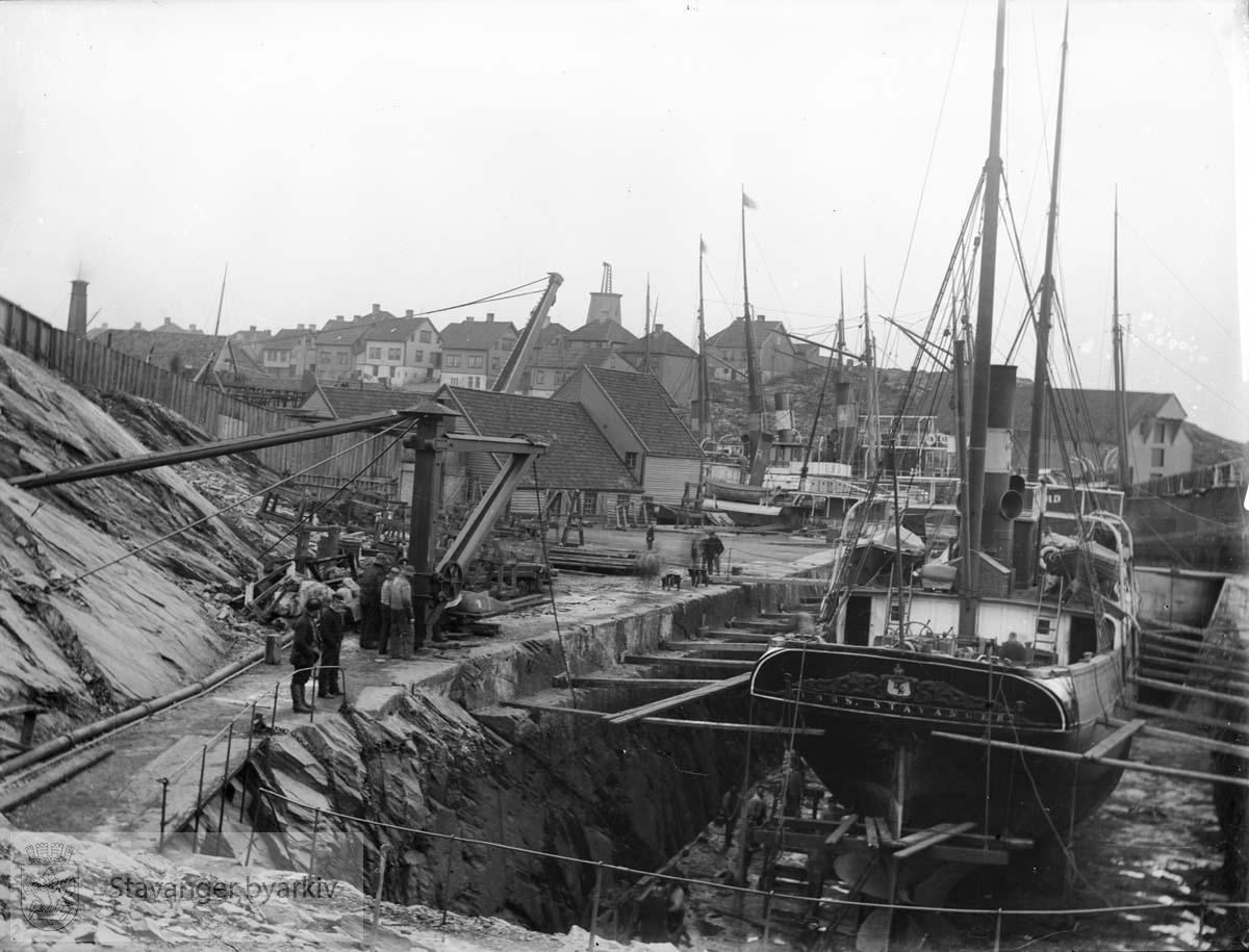 """Bildet er tatt mot nord-vest med vindmøllen i bakgrunnen. Dampskipet """"Imbs"""" ligger til reparasjon i dokk nr. 2. ...Seilbåt.Seilskute.Seilskip"""
