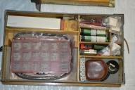 Trälåda, Plyfa, med tre lager av reservdelar och verktyg.