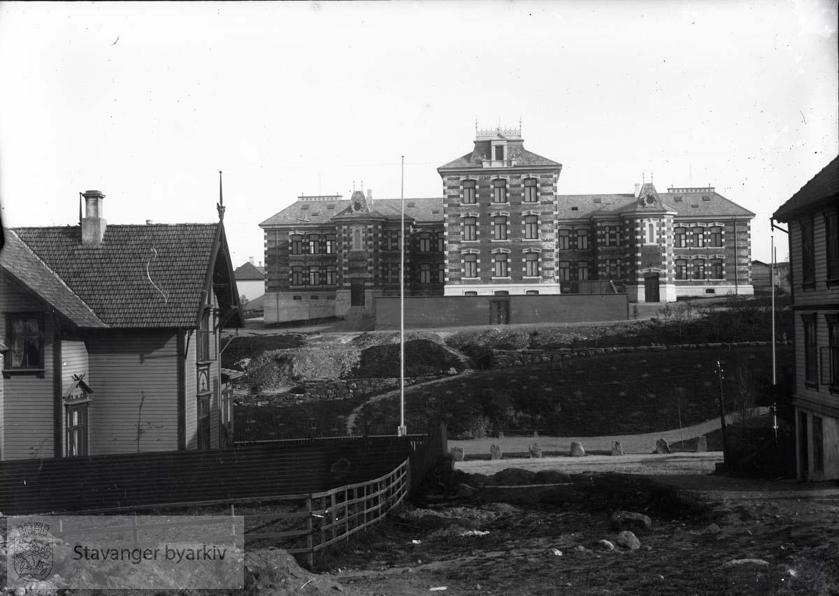 Stavanger sykehus sett fra St. Olavs gate. Stavanger sykehus ble innviet i 1897. Arkitekt Hartvig Sverdrup Eckhoff har tegnet bygget. Sykehuset var anlagt på Eiganesløkke nr.1, det såkalte Skjævelandsstykket..Huset til venstre er Kannikgaten 5 eller 7