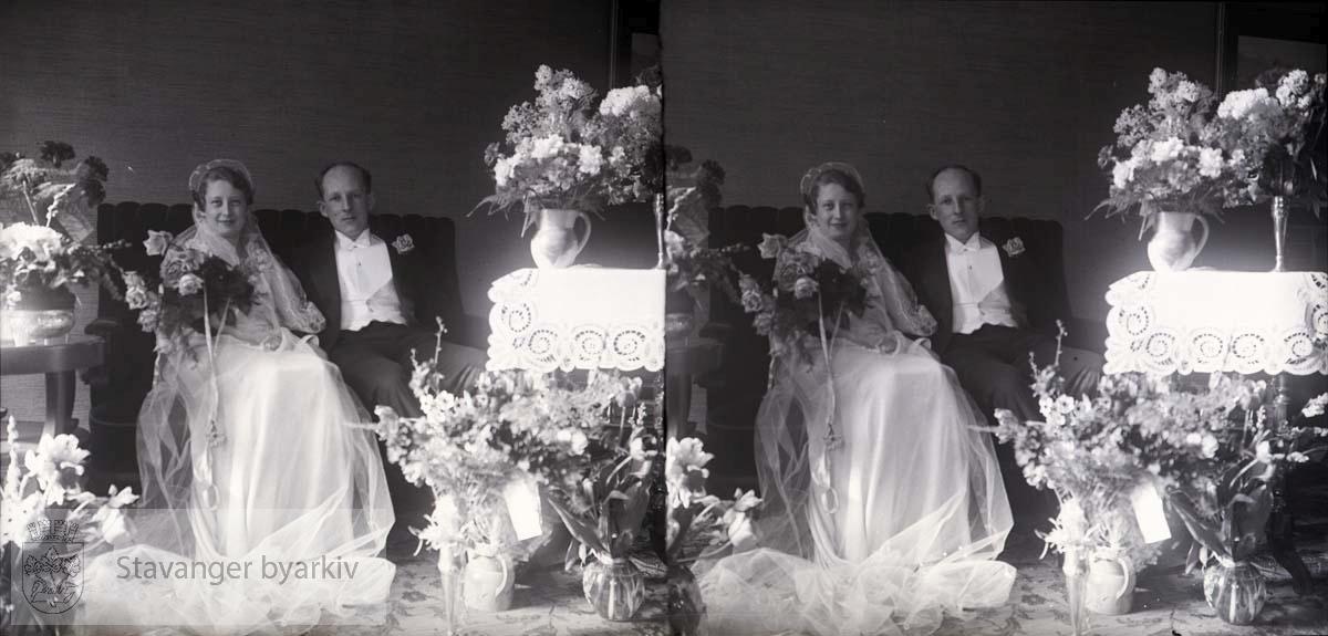 Brudepar omgitt av blomster..Stereofotografi