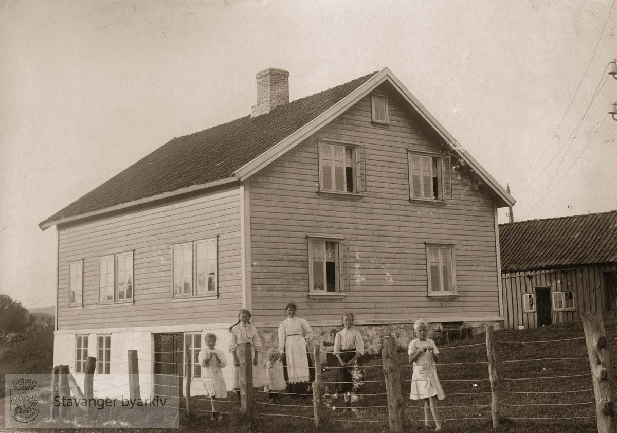 Familien Lindtjørn foran huset sitt på Ogna