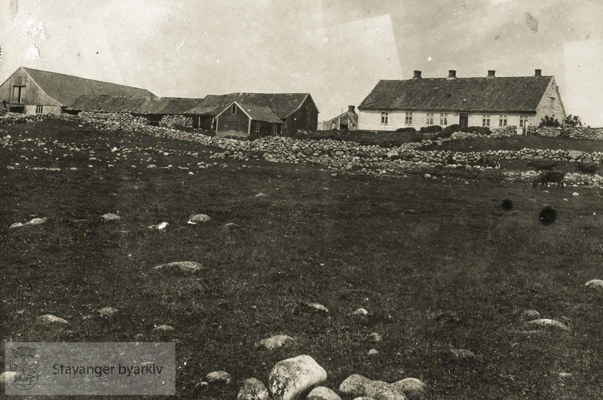 Prestegården sett fra sørvest. T.v. Fjøs bygget i 1899. I midten den gamle uthusbygningen som ble revet i 1927. T.h. hovedbygningen fra 1787.