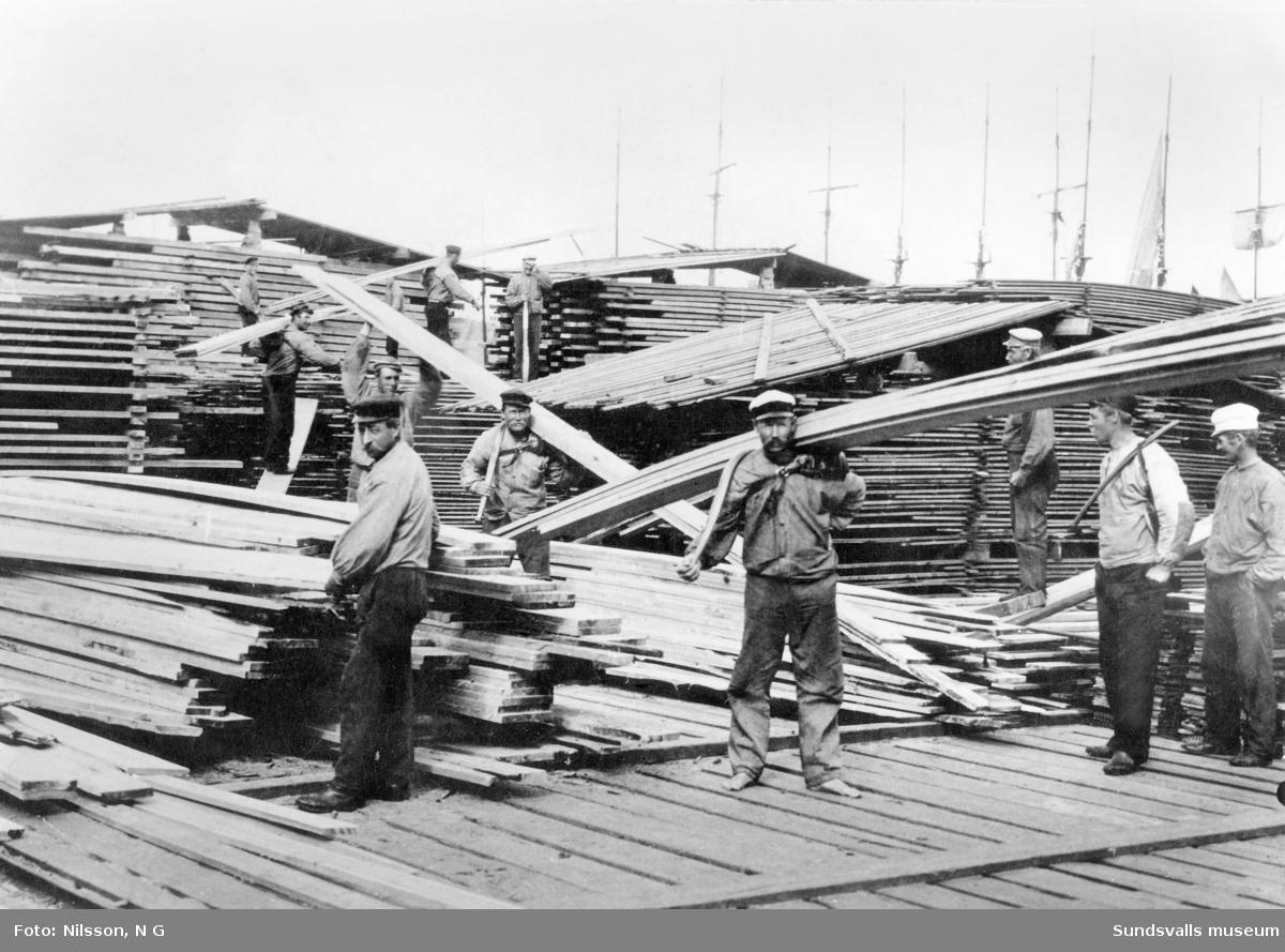 Utlastarlag i Klampenborgs brädgård omkring 1900.