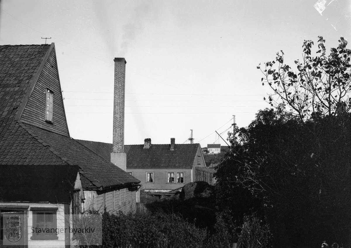 Hus og mursteinspipe, Buøy