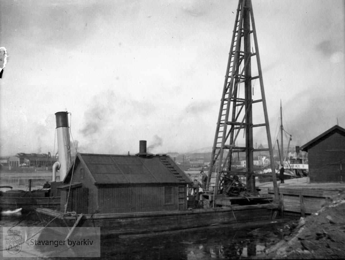 Kranbåt og andre fartøy liggende ved kaien, Buøy