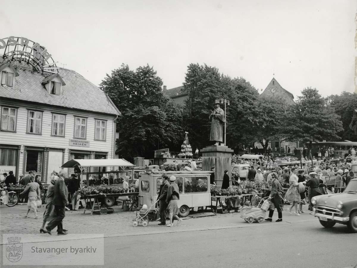 Indremisjonsheimen i Torvet 5 til venstre. Kielland-statuen midt i bildet.
