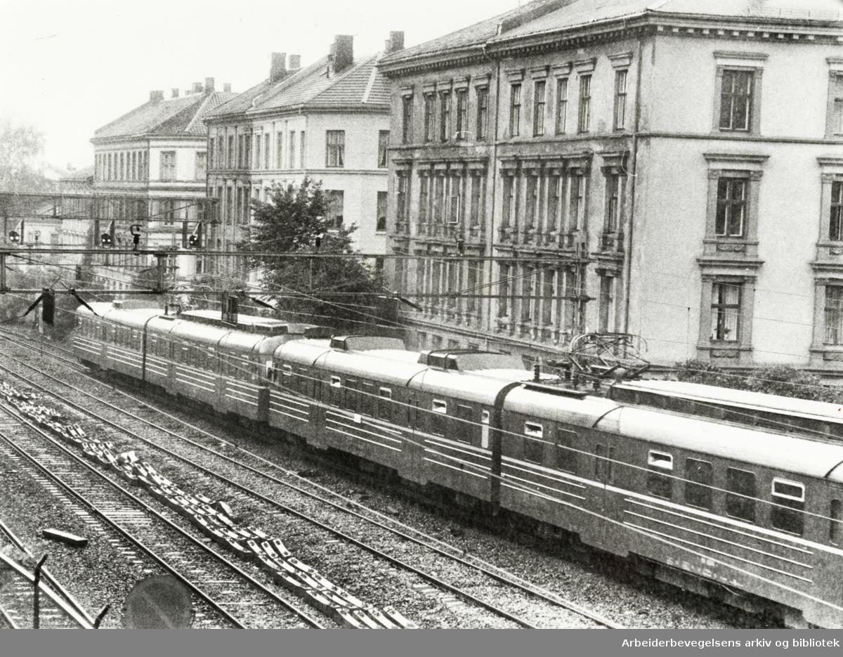 Gamlebyen. Beboerne plages av mye støy fra togene. Juni 1980