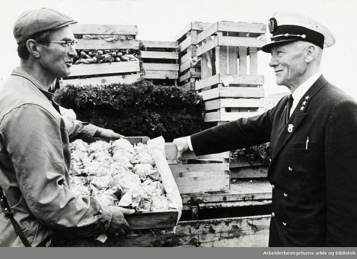 Gartnerhallen på Økern. Torginspektør Trygve Simensen og Kai Westly. Juli 1967
