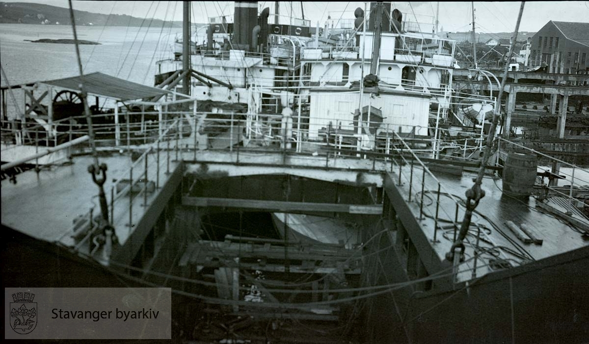 Rosenberg Mekaniske Verksted .Buøy ..Fra Wikipedia:.FLK «Suderøy» var et flytende hvalkokeri som i perioden 1924 til 1959 tilhørte det norske rederiet Knut Knutsen O.A.S. i Haugesund. Skipet ble bygget ved Armstrong Whitworth & Co i Newcastle i 1913 og overlevert tønsbergrederne B. og Peder Johannessen som malmskipet DS «Kim». I 1917 ble hun solgt til B. Stolt-Nielsen i Haugesund og omdøpt DS «Balto». Hun ble deretter solgt i 1924 til Knut Knutsen O.A.S. og omdøpt DS «Suderøy». I 1929 ble hun ombygget til hvalkokeri ved Kaldnes Mekaniske Verksted. FLK «Suderøy» hadde sin siste fangstsesong i 1958/59 og ble hugget i 1964..[...].Den 18. juli 1934 omkom tre arbeidere av gassforgiftning ombord i «Suderøy», som lå ved Haugesund Mekaniske Verksted. Senere samme år ble «Suderøy» utstyrt med opphalingsslipp ved Rosenberg Mekaniske Verksted i Stavanger.