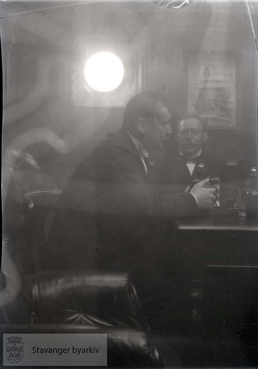 To menn i salongen.Rosenberg Mekaniske Verksted..