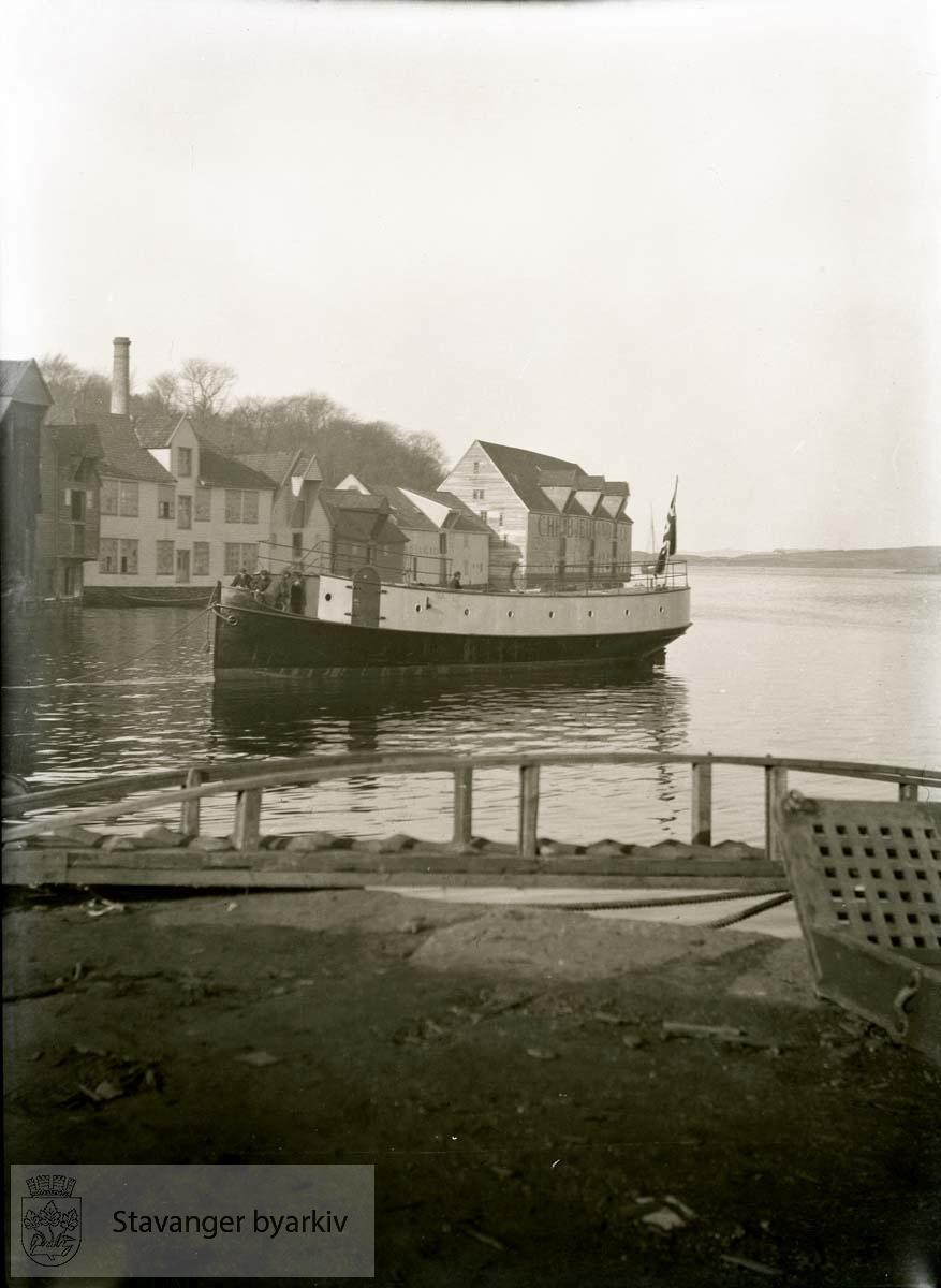 Båt taues (?) inn i Sandvigå..Rosenberg Mekaniske Verksted