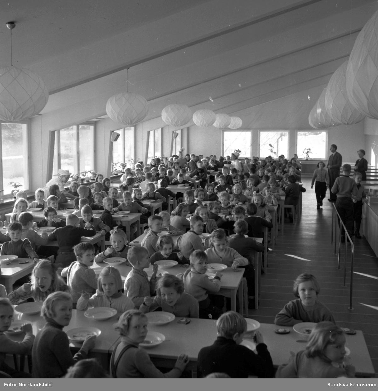 Skolmatsalen i den nybyggda Hagaskolan är fullsatt av skolbarn.