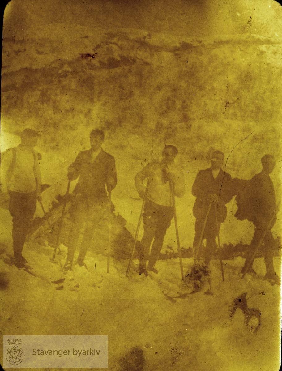 Fem menn på skitur, oppstilling
