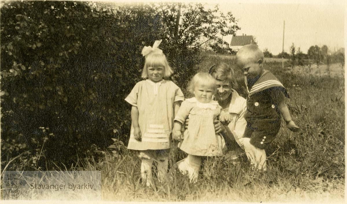 Mor med tre barn