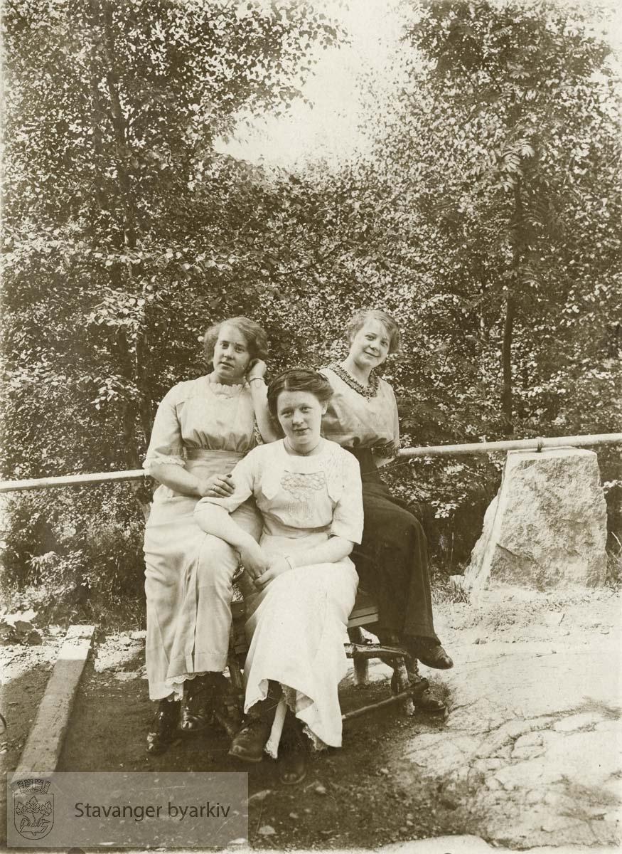 """""""Hilsen fra Holmenkollen"""", tre kvinner i beste antrekk"""