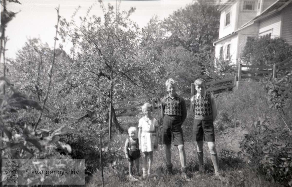 Bjørg og Oskar Andreas sammen med sine storebrødre, Per og Jan Christian..I bakgrunnen: Admiral Cruys gate 21