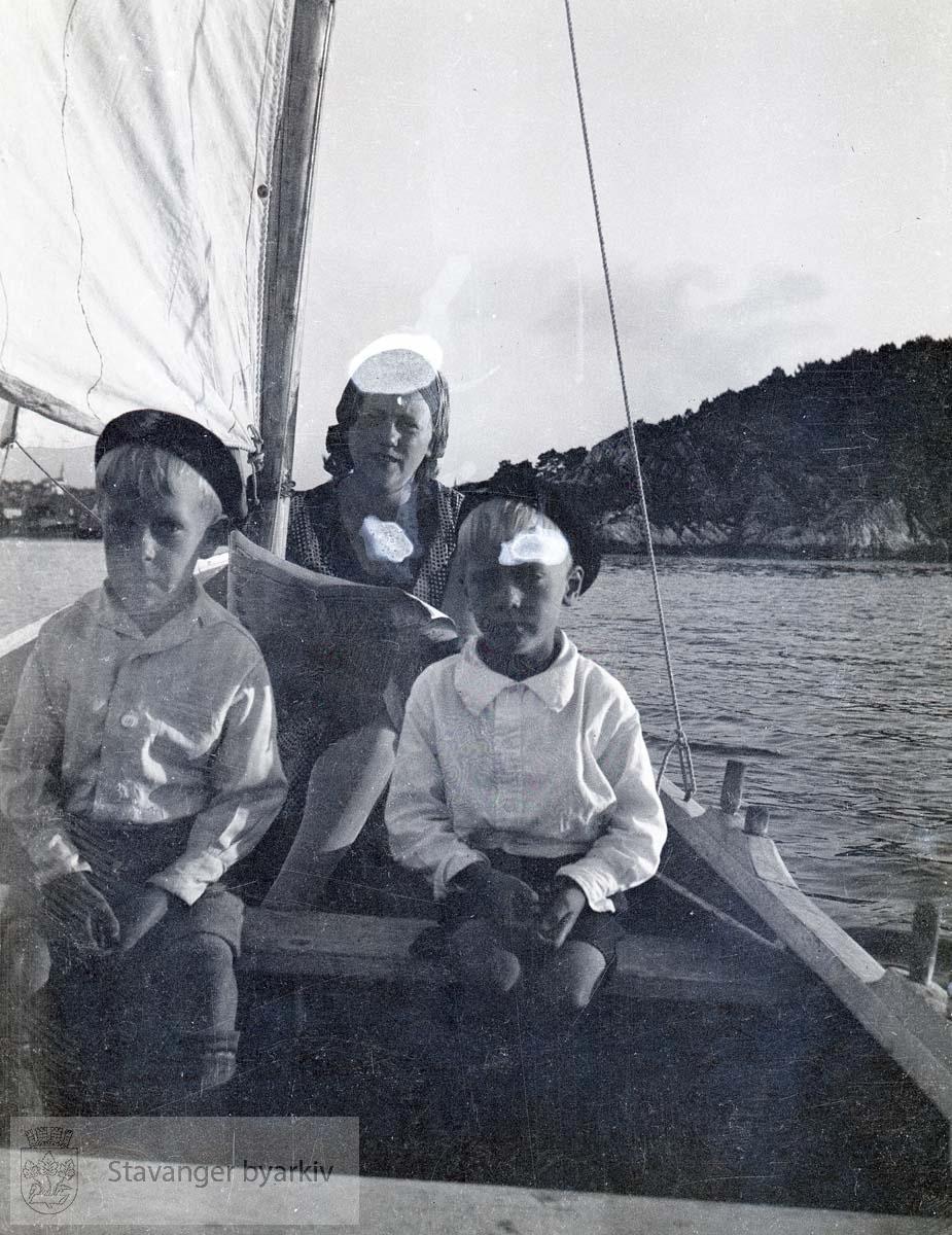 Kvinne og to barn på seiltur