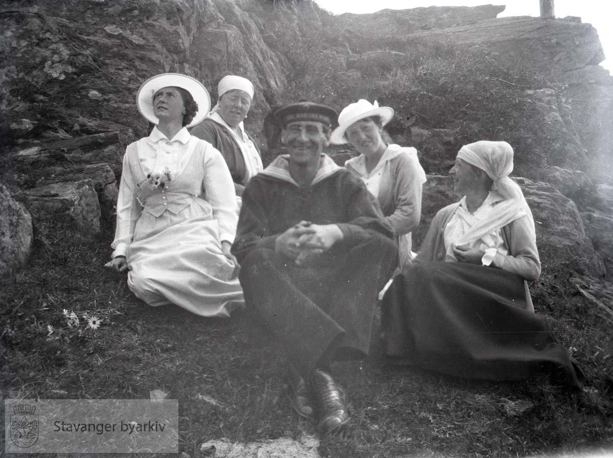 Matros og fire kvinner ved en knaus.