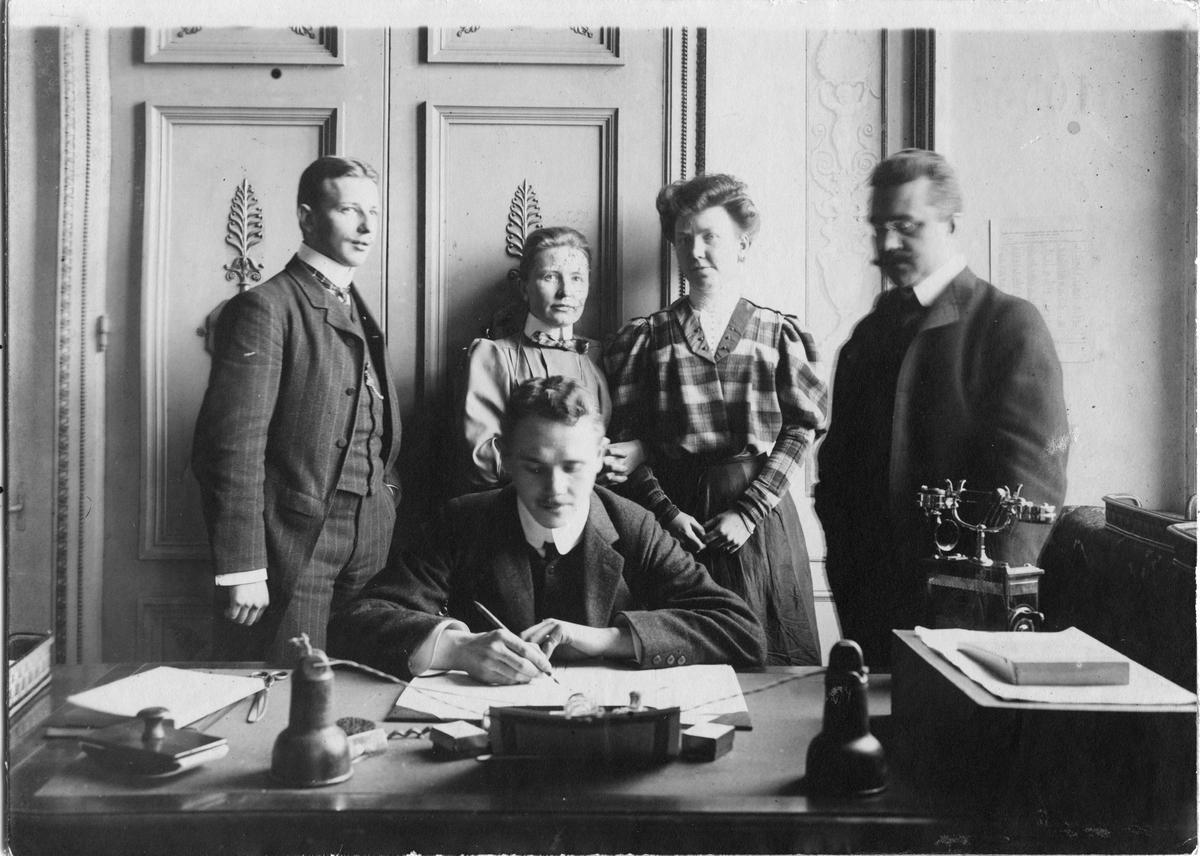Gruppbild från linjebyråns telegraftrafikbyrån 1906. Stående de från vänster: amanuens S.G. Tigerström, telegrafisten T.F. Bahr och M.L. Bratt samt notarie K.G. Lidman. Sittande: assistent Hugo Jonsson.