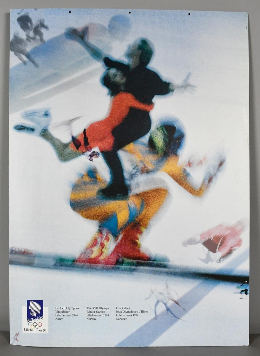 To fotografier montert på papplate. Begge fotografiene viser sportsutøvere i aksjon, utøverne er uskarpe og som gir et uttrykk av fart.  Logo for Lillehammer '94 nederst i venstre hjørne, og piktogram for den aktuelle øvelsen nederst i høyre hjørne.