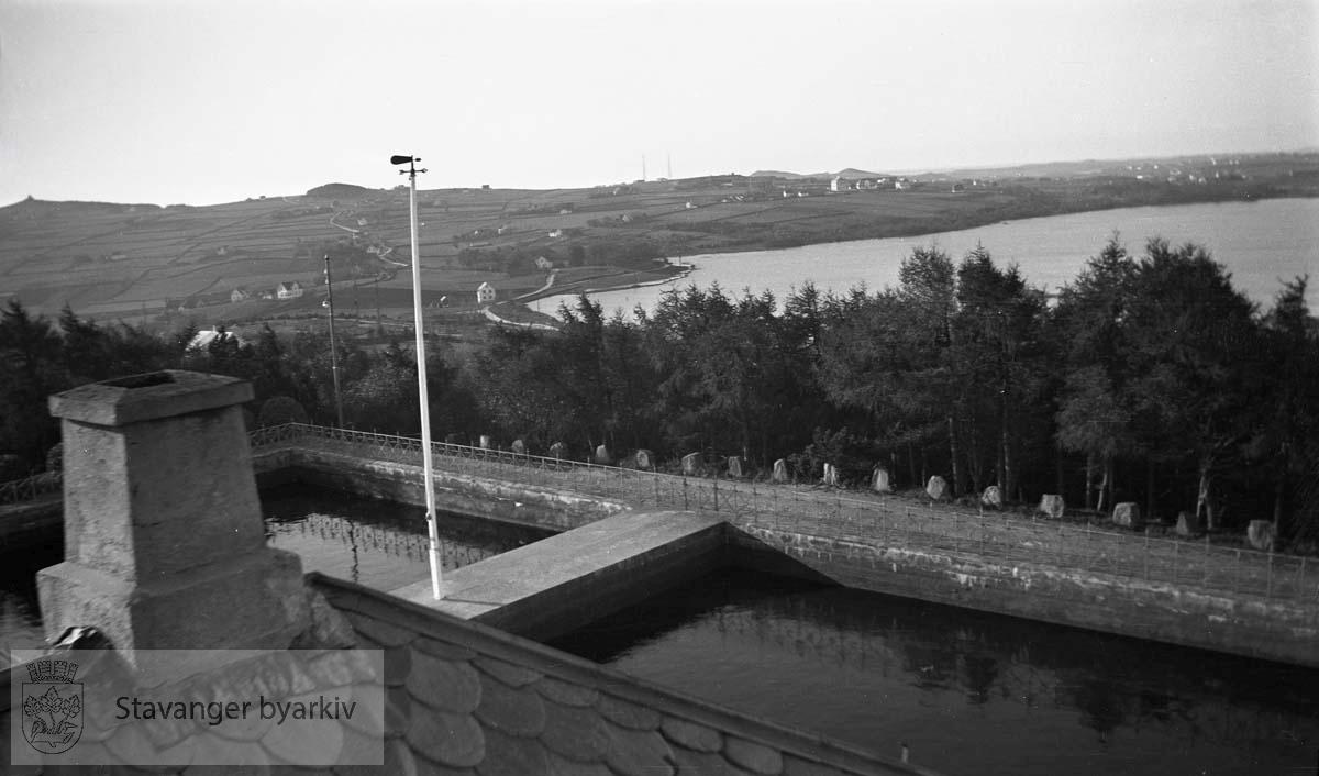 Vålandsbassenget på toppen av Vålandshaugen ble bygd i 1894 og fikk en høyde på 84 m.o.h. For å få vannet opp dit måtte man bygge en pumpestasjon i Egenes brannstasjon. Vålandstårnet ble bygd i 1895 og ombygd i 1917.
