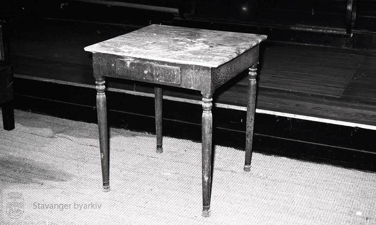 Lite bord med skuffer
