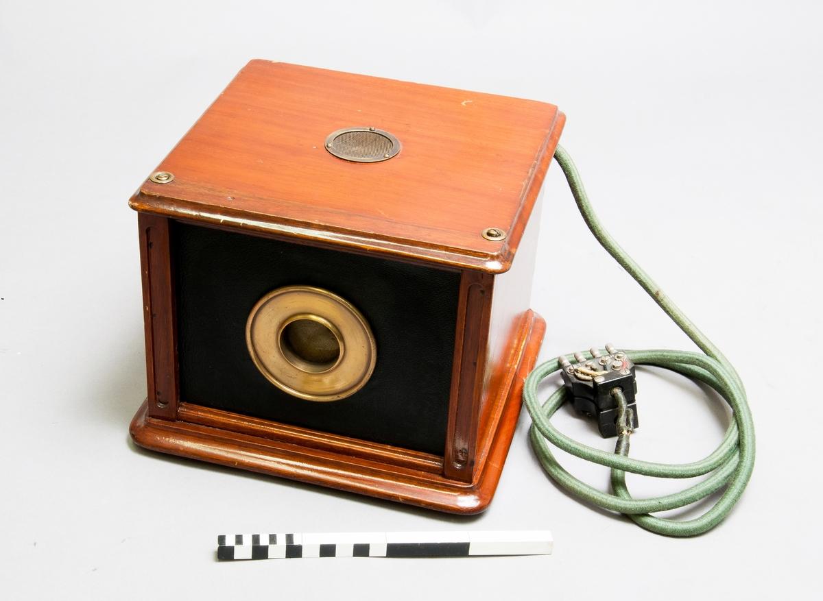 """Kondensatormikrofon, föremålet är märkt """"Speech input equipment, condenser transmitter amplifier""""."""