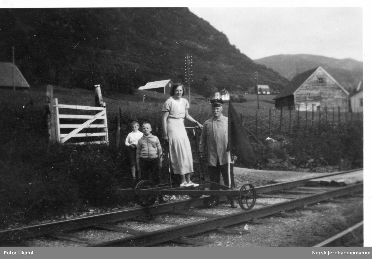 Baneformann Johannes H. Romslo med familie på dresin ved Arna stasjon.