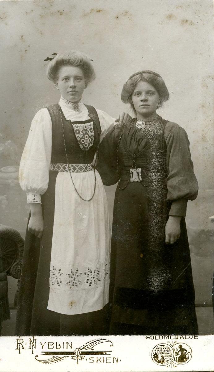 Gunhild A. Heldal til venstre saman ei ukjend kvinne.