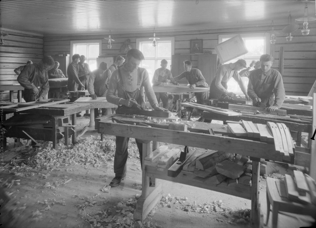 Snekkerelever ved høvelbenkene på Mosjordet rundt 1935