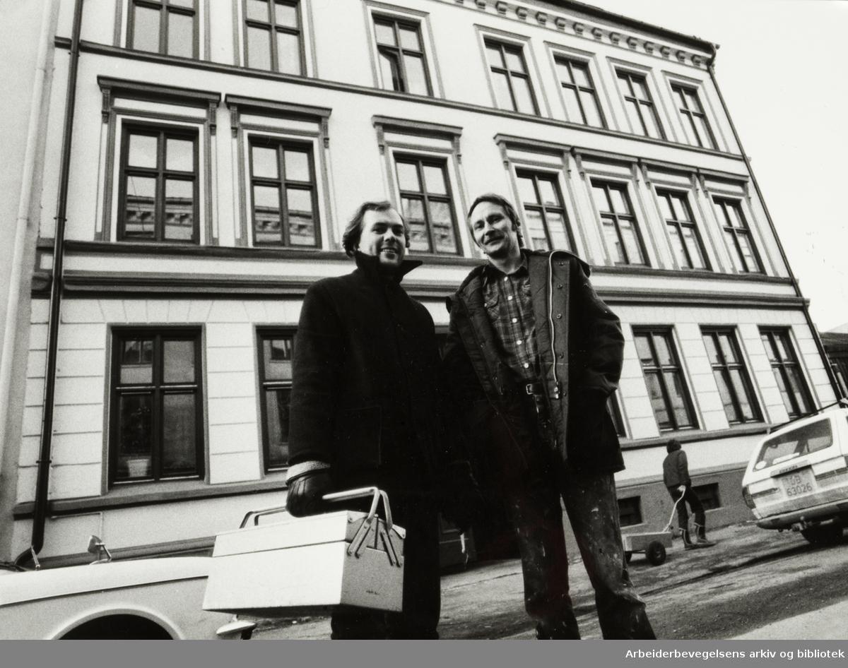 Grünerløkka. Stenstrups gate 6. Elling Nyrønning (t.v.) og Dag Pedersen er to av beboerne i den nyoppussede bygningen. Januar 1983