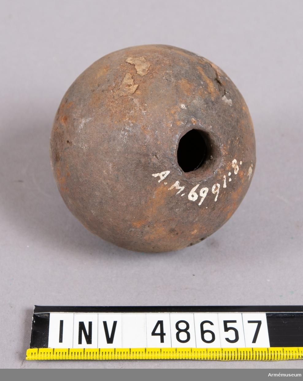 Grupp E IX. Alla handgranater utom en av dessa nio kom till museet år 1878  genom ett byte med en privatperson, som fick lika antal  6-pundiga kulor från Stockholms ammunitionsförråd.