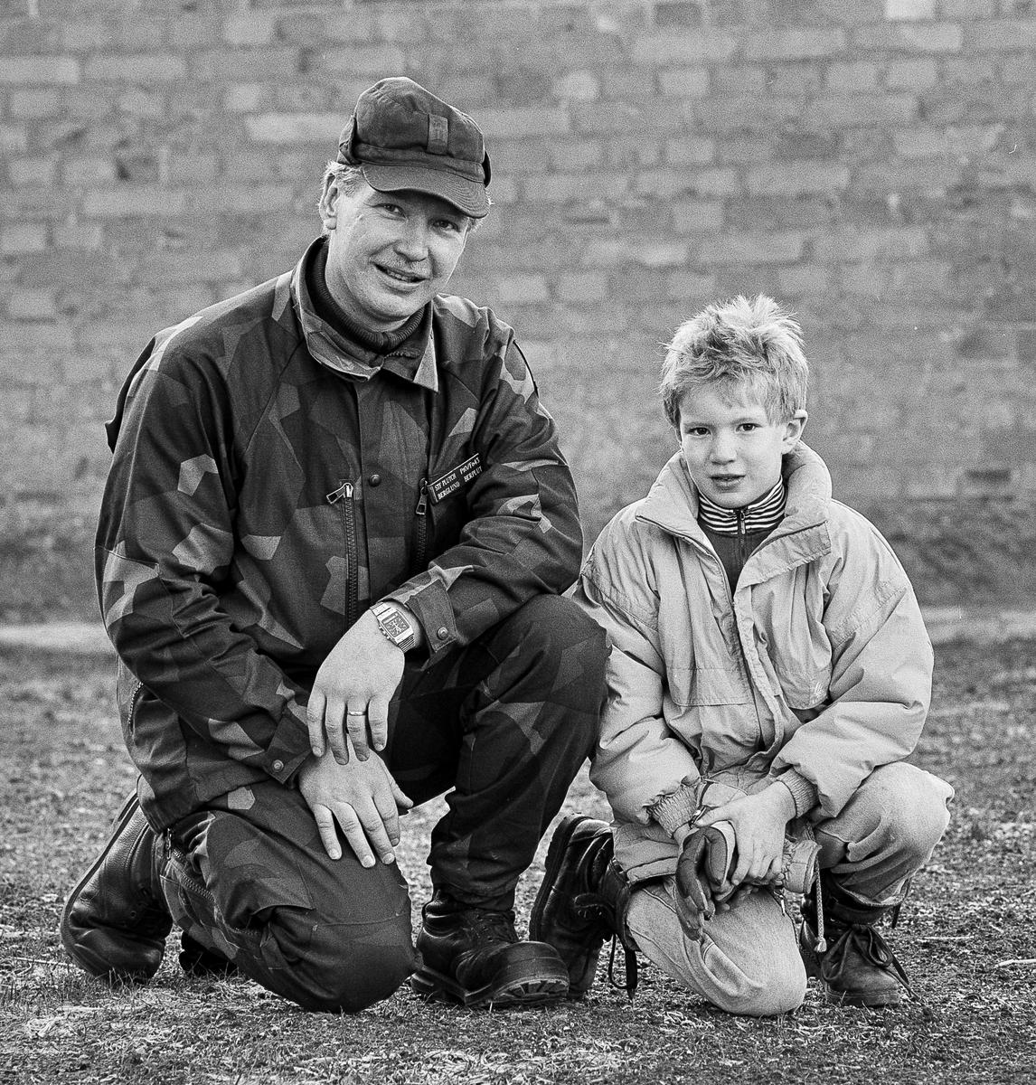 Löjtnant Sören Berglund med son.