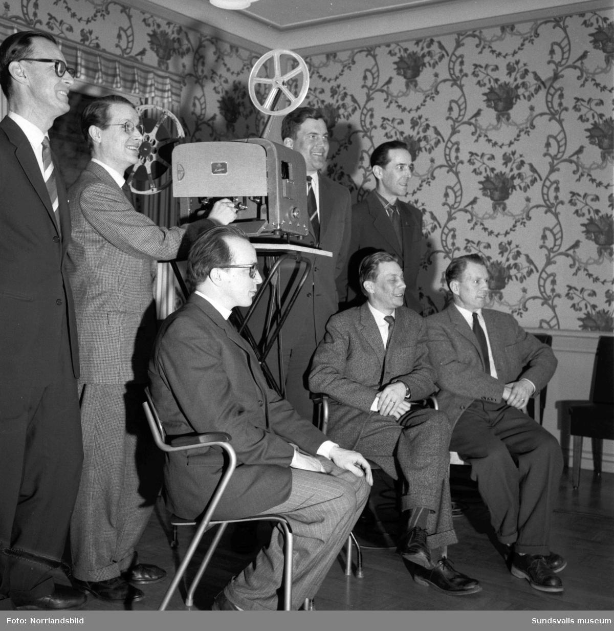 Sju herrar deltar i en projektorkurs i Svartvik.