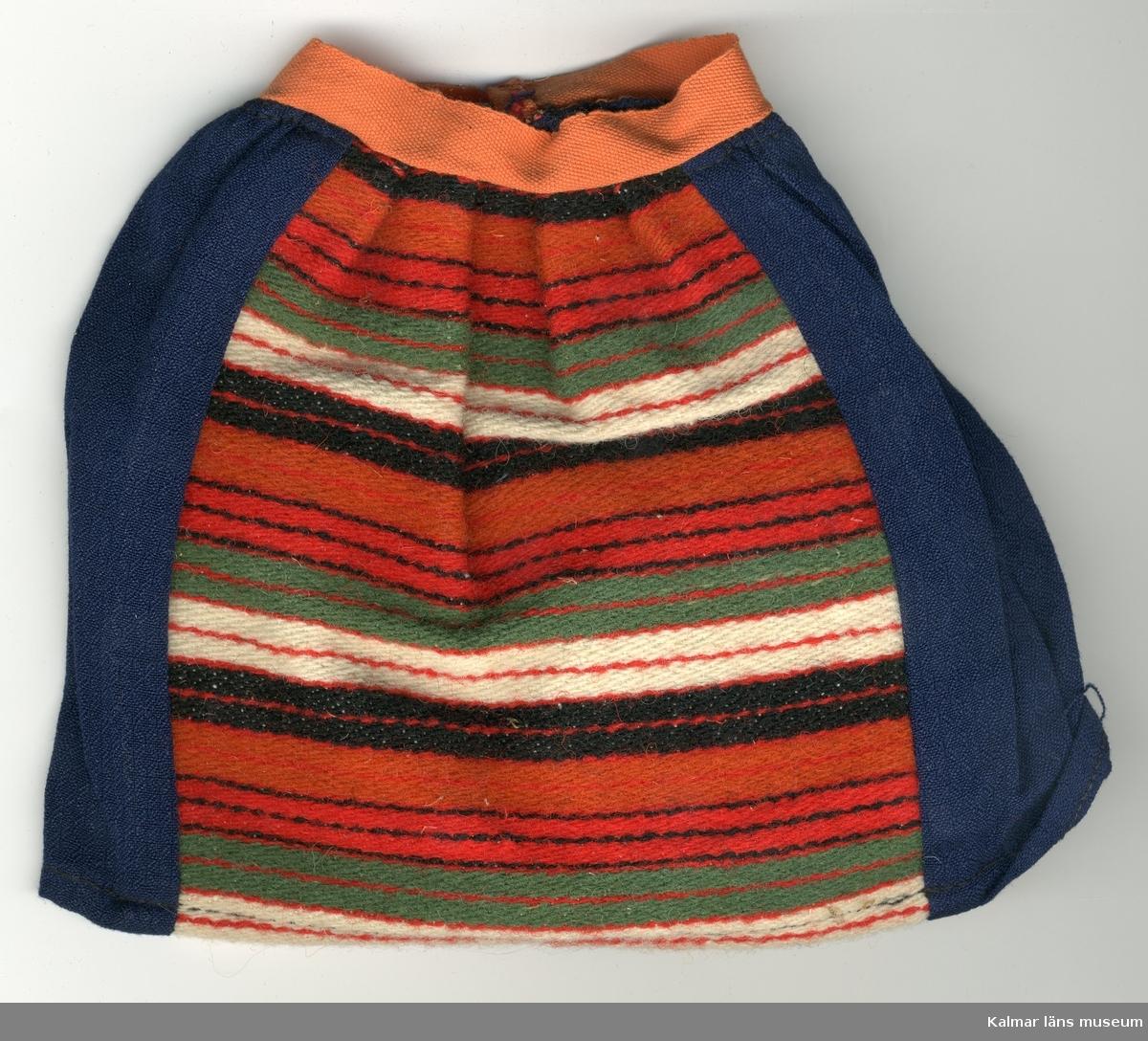 KLM 28082:266:1-4 Dockkjol, del av dräkt, av textil, ylle och bomull. Kjol, blå med infällt förkläde, av ylle, lodräta ränder i svart, rött, grönt, vitt och orange färg, Kjol och förkläde rynkade. :2 och :4 kjolar har bomullsband i orange färg i linning, :1 och :3 kjolar har bomullsband i ljusrött i linning. Knäppning, alla plagg, med en  hyska, av röd tråd och en hake, av metall. :1 Kjol har etikett fäst vid fåll, med texten: 19- (i blyerts). Nationaldräktskjol från Rättvik.