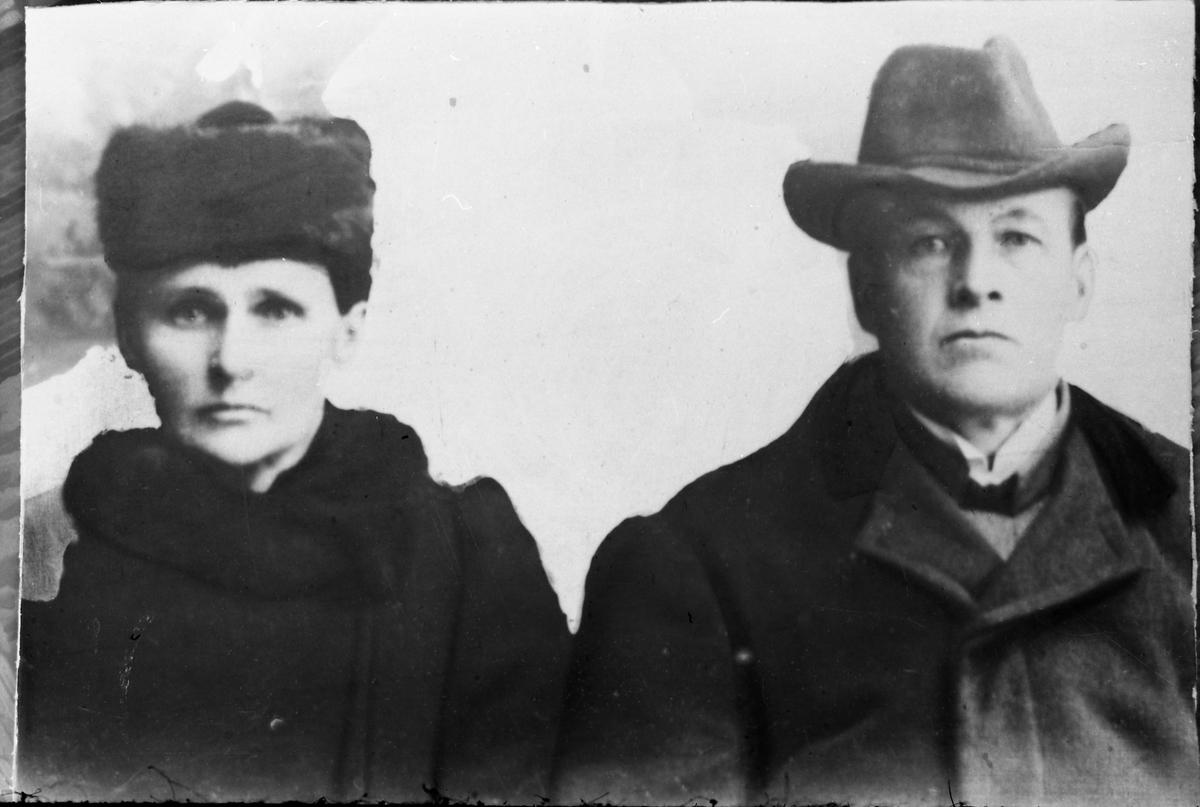 Avfotografert halvfigurs portrett av et uidentifisert par, trolig et ektepar.