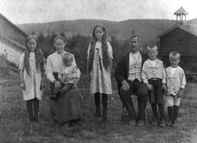 2 år gamle Vidar Sandbeck på sin mors fang, sammen med resten av familien Sandbeck.