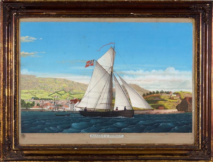 Skipsportrett av slupp MAAGEN med full seilføring utenfor Nordnespynten. En liten lettbåt henger på slep. Vågen i Bergen sees i bakgrunnen.