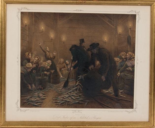 """Litografi som viser """"Det indre af en sildebod i Bergen"""". Ser mange kvinner og tre menn i en bod hvor gulver et dekket med sild."""