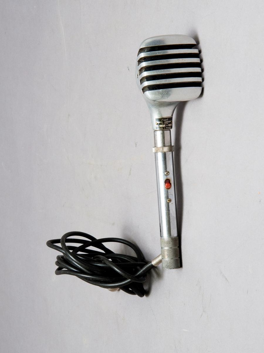 "Mikrofon kartong, Mikrofon märkt: "" Pearl Mikrofon -Laboratorium FLYSTA Typ:KM8, nr:1628, kartongen märkt: ""Kristallmikrofon Maestro typ K 52 nr: 1932""."