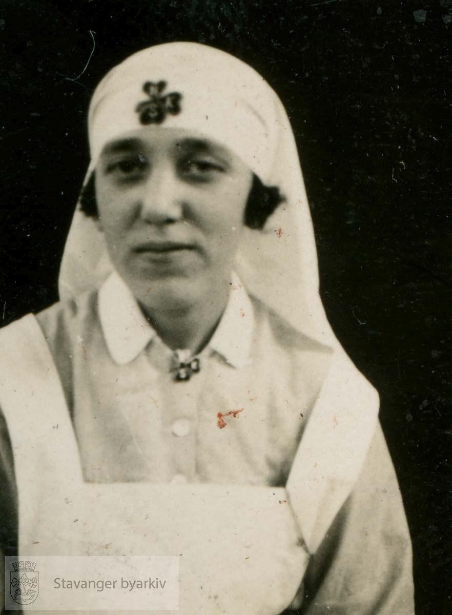 Søster Haldis Halvorsen.Avdelingssøster....Fra fotoalbum fra Dr. Dahls klinikk. Det tilhørte oversøster Sigrund Olsen. Dr. Eyvin Dahl drev klinikk i Birkelandsgata 2 i årene 1928-1931. Klinikken ble nedlagt da det ikke var mulig å få offentlig støtte. Eyvin Dahl var fra 1937 til sin død i 1962 stadsfysikus i Stavanger. Politisk tilhørte dr. Dahl arbeiderbevegelsens venstre fløy. Etter krigen sluttet han seg til kommunistpartiet.