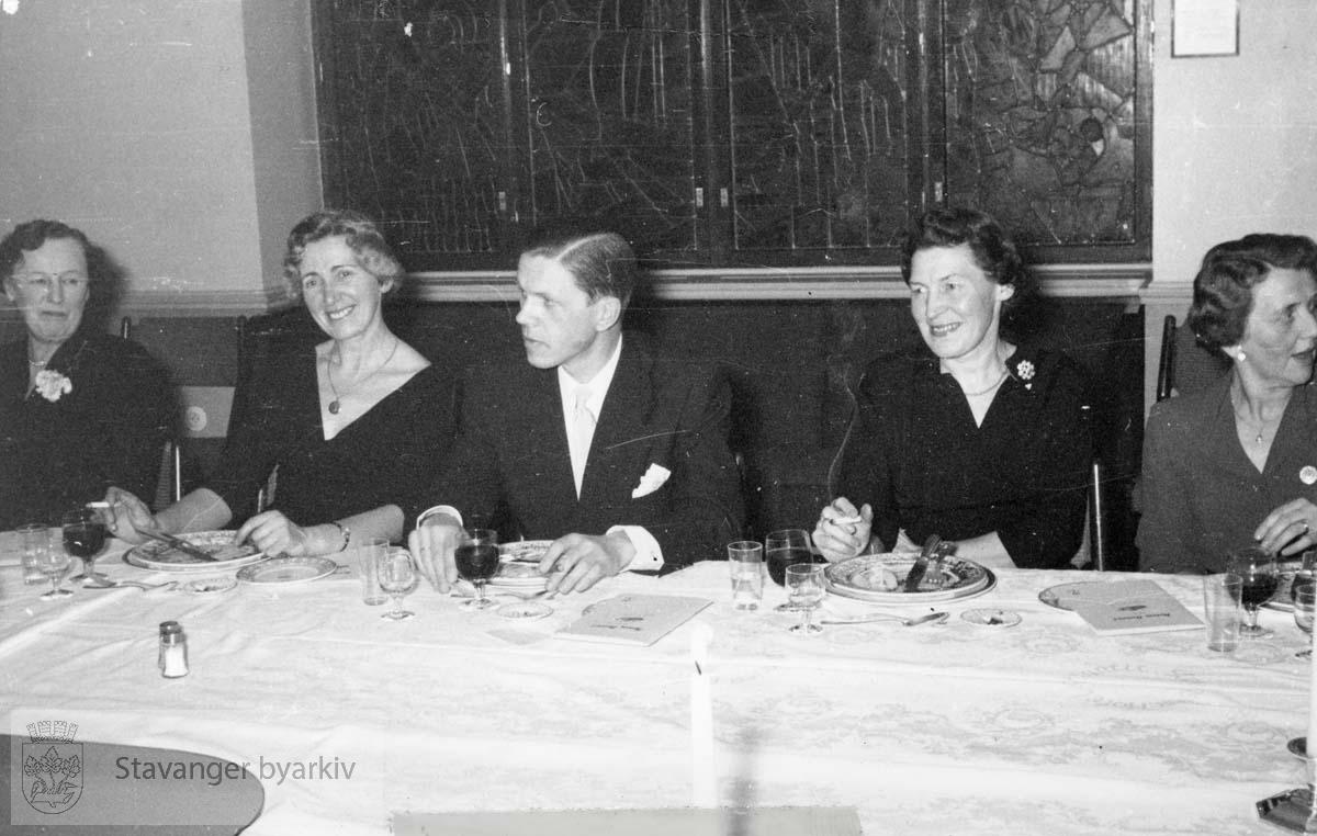 Avskjedsfest for disponent Torarin Jensen 4. mars 1958. Han hadde vært ansatt i Norem Baade med et par korte avbrytelser siden 1901. Festen ble holdt på hotell Atlantic. Bildet er tatt uta avisutklippsbok fra PA293 Utskilt fra PA293.