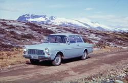 Svines, Tjøtta. 1966. Lysblå Taunus 12M (1963-66-modell).