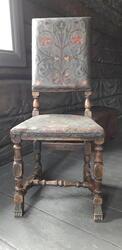 Brukt brun tre innrammet hvitt stoff polstret stol med kaste