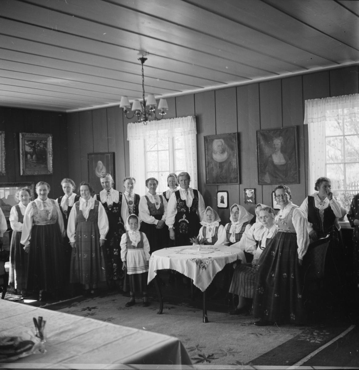 Gruppebilde av mange bunadskledde kvinner og jenter