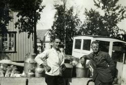 Lastebil med melkespann. Ofoten Museum. Fra v. 1. Olai Ingeb