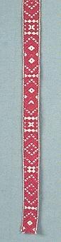 """Krusband"", mönsterband med varp i halvblekt lingarn och rött ullgarn, inslag i halvblekt lingarn."