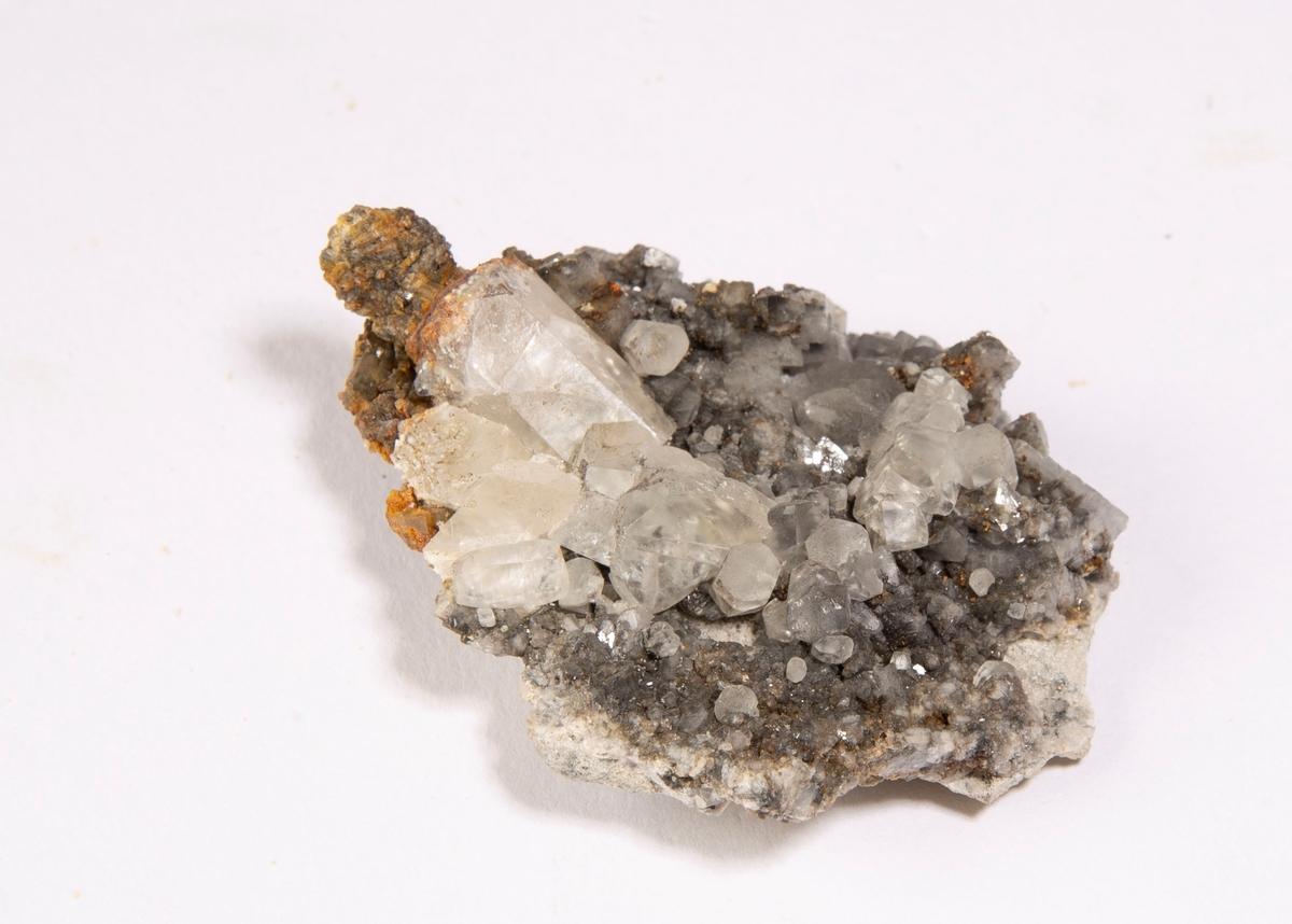 Krystaller av kalsitt med påvekst av noen små krystaller av pyritt.  Else stoll, 90 m.